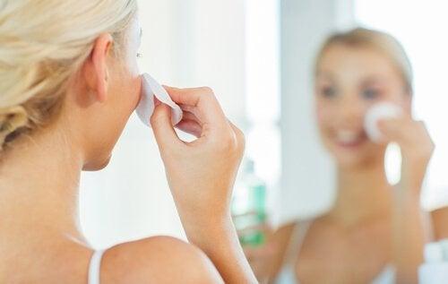 Kvinde der ordner sin hud