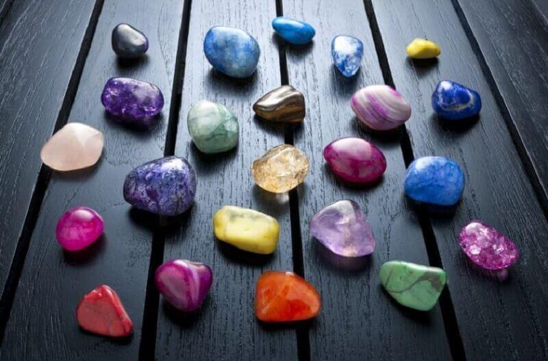Farvede sten - hvad er chakraer