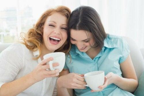 Gode veninder drikke kaffe sammen