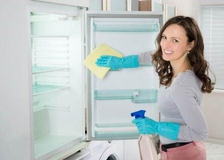 Kvinde der rengoerer koeleskabet - natron og eddike