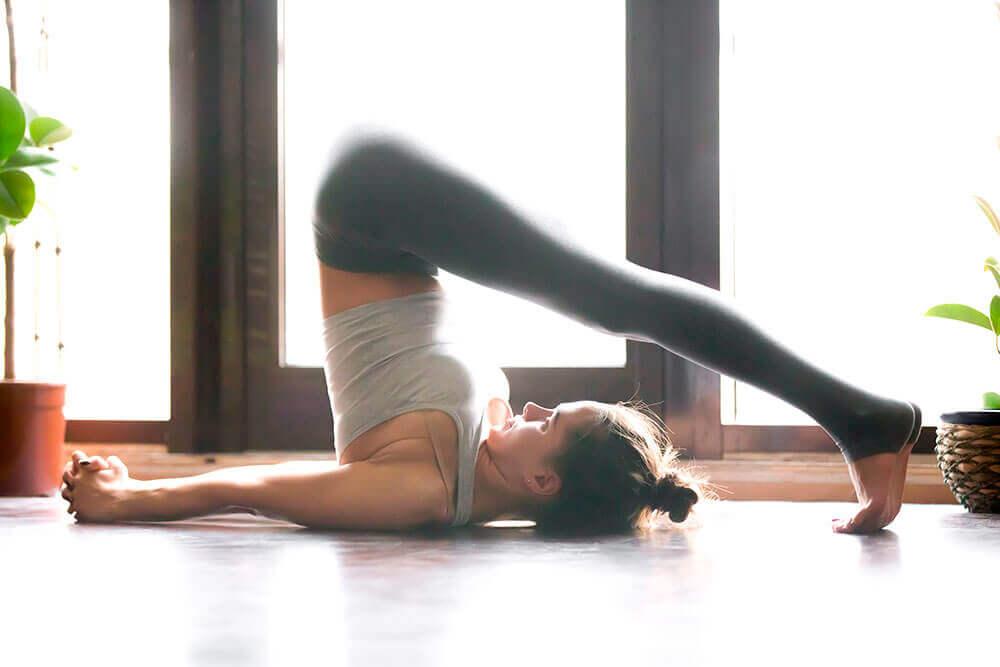 Kvnde dyrker yoga