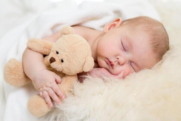 Baby med bamse