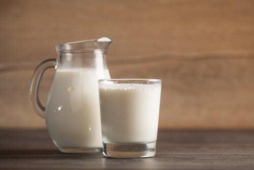 Glas og kande med maelk