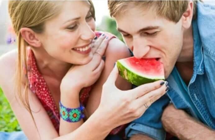 Par der spiser vandmelon