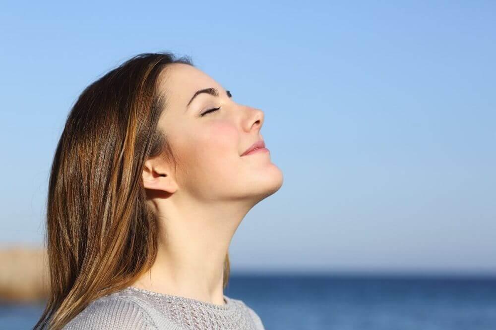 Kvinde trækker vejret