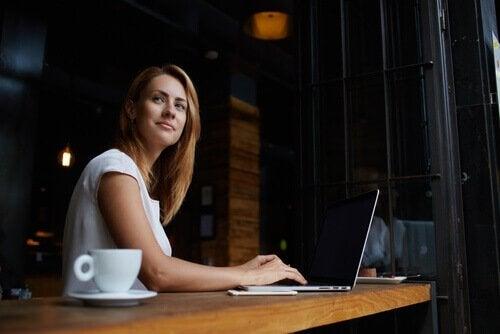 Kvinde der sidder ved en computer - en staerk personlighed