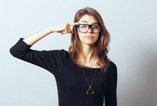 Kvinde med briller