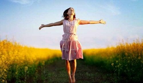 Glad pige i naturen