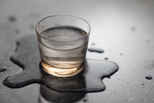 Glas vand -drikke mere vand