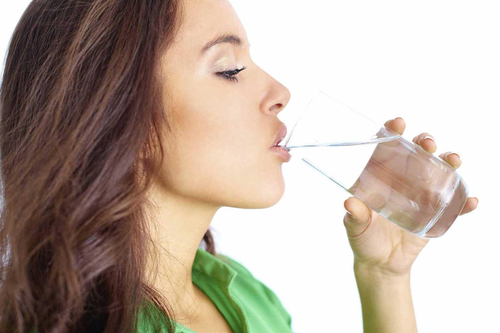 Kvinde der drikker vand