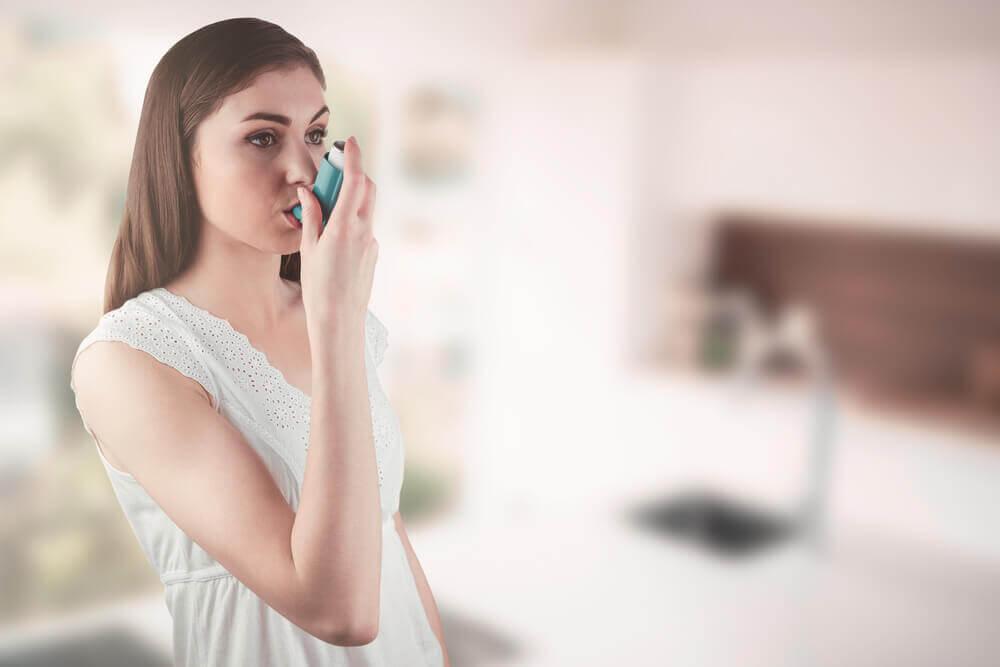 Kvinde med inhalator