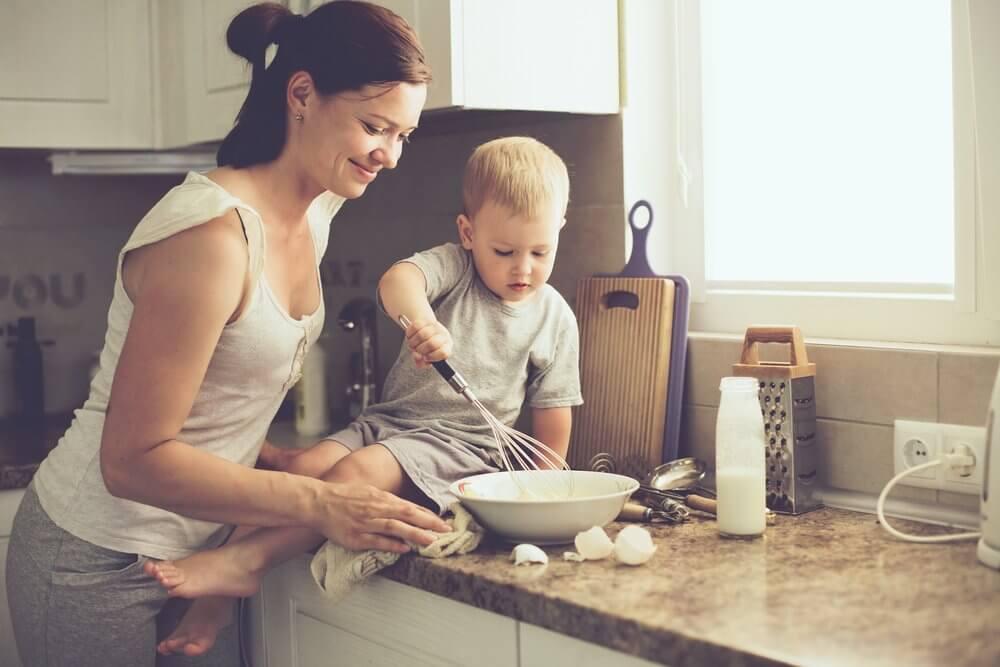Mor og barn roerer aeg