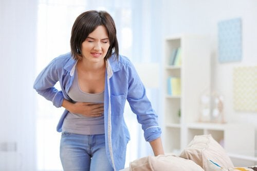 Kvinde med ondt i maven