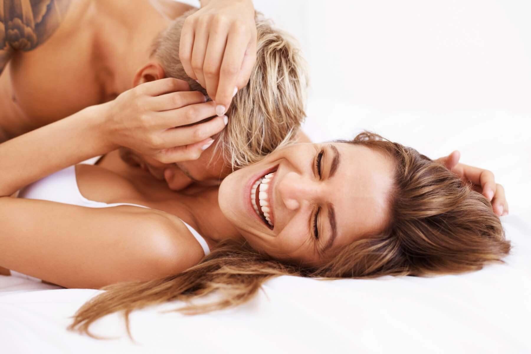 Par har det sjovt i sengen