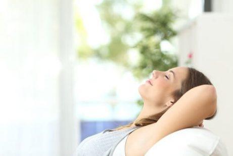 Kvinde der sidder afslappet