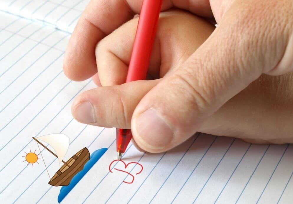 Mor og barn skriver