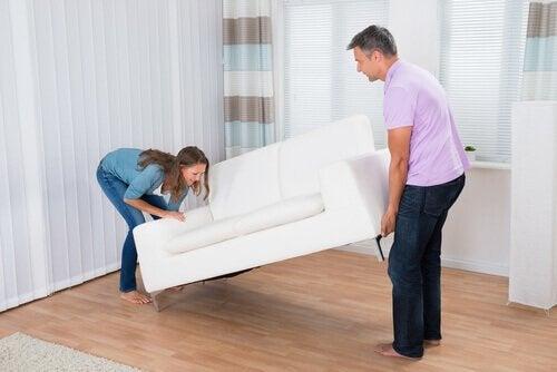 Par der flytter en sofa i stuen for at vaere mere organiseret