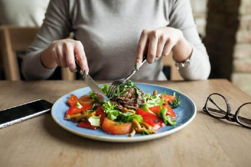 Kvinde der spiser - opbyg muskelmasse