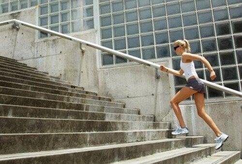Kvinde løber på trapper
