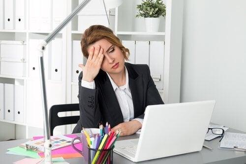 Kvinde der sidder foran computeren