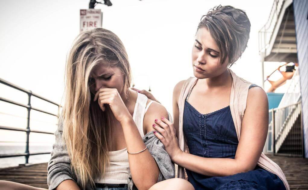 Ung kvinde der bliver troestet af sin veninde - kronisk offermentalitet