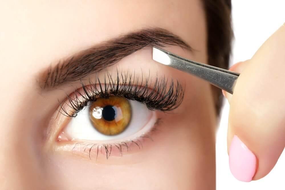 5 tricks til at gøre dine øjenbryn tykkere med naturlige produkter