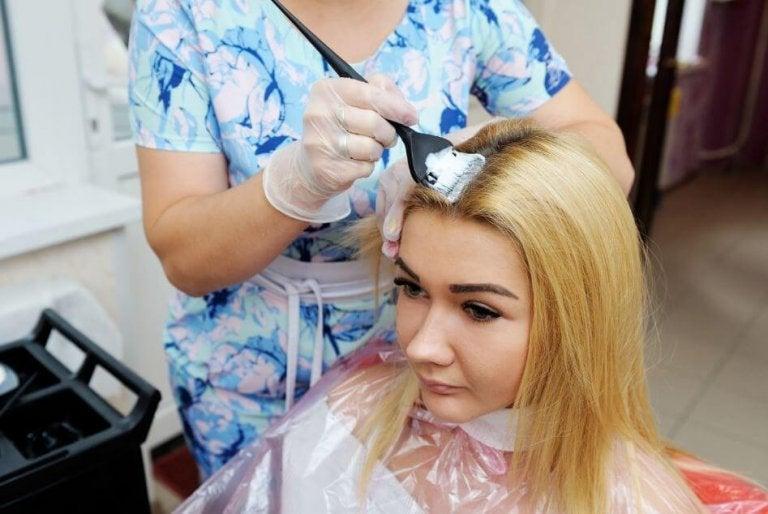 Den bedste måde at blege dit hår uden at skade det