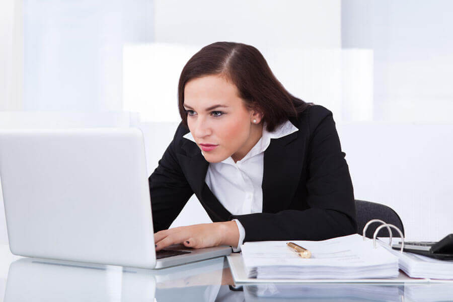 Kvinde kigger på computerskaerm