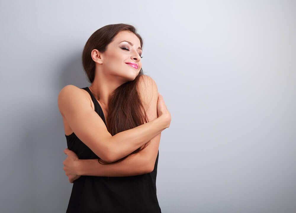 Kvinde der er glad for sig selv