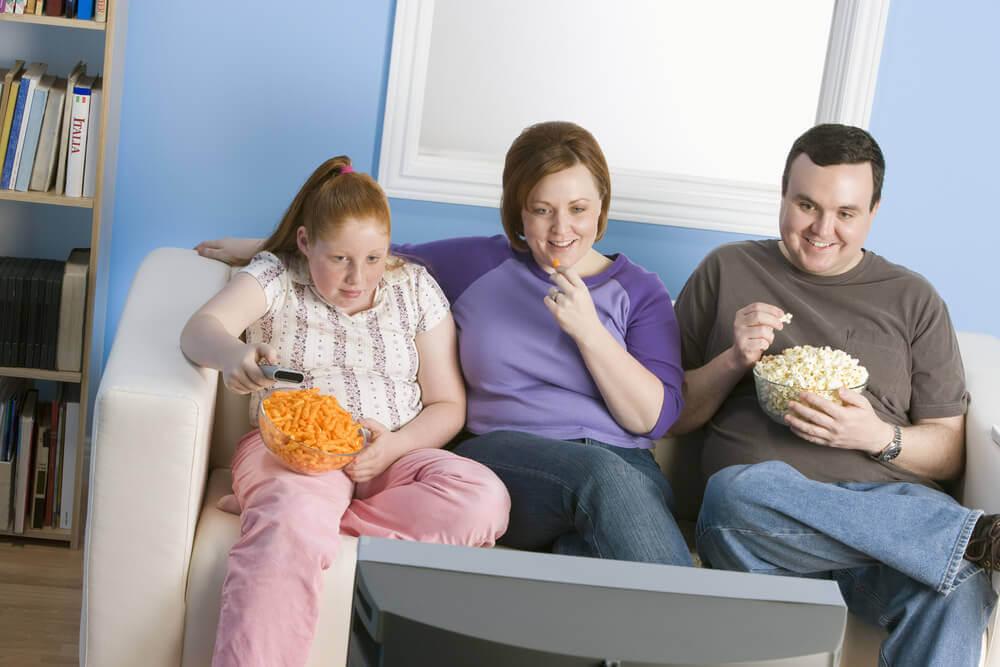 Familie spiser chips