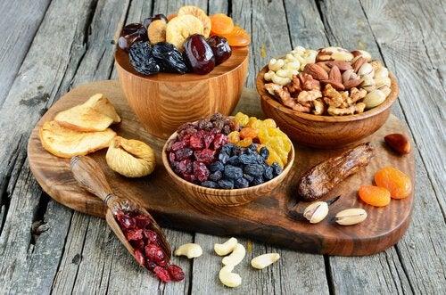 Toerret frugt og noedder