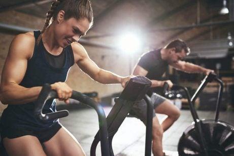 Kvinde i fitnesscenter