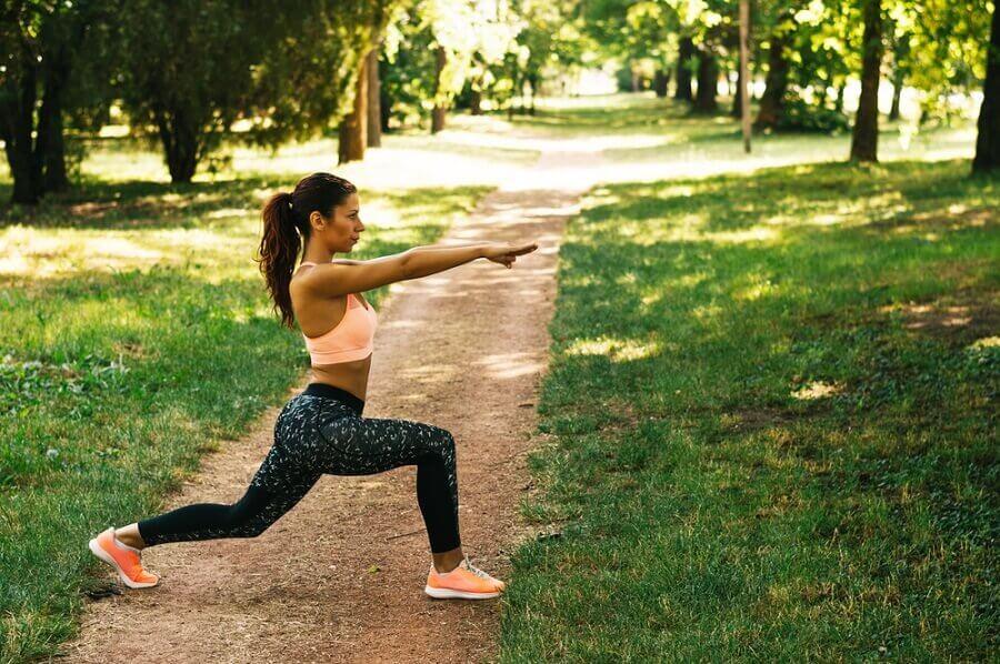 Kvinde dyrker yoga i parken