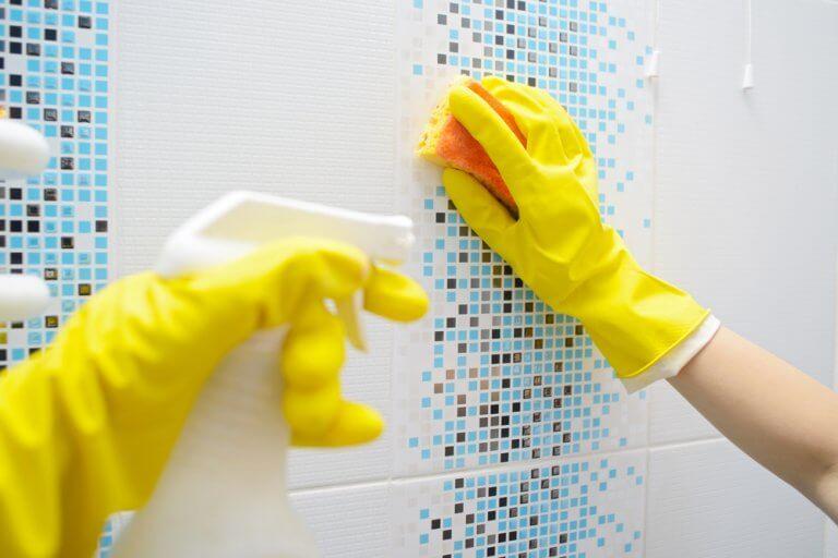 gule handsker - desinficere dit badeværelse