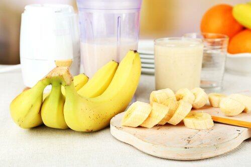Modne bananer paa tallerken - to bananer om dagen