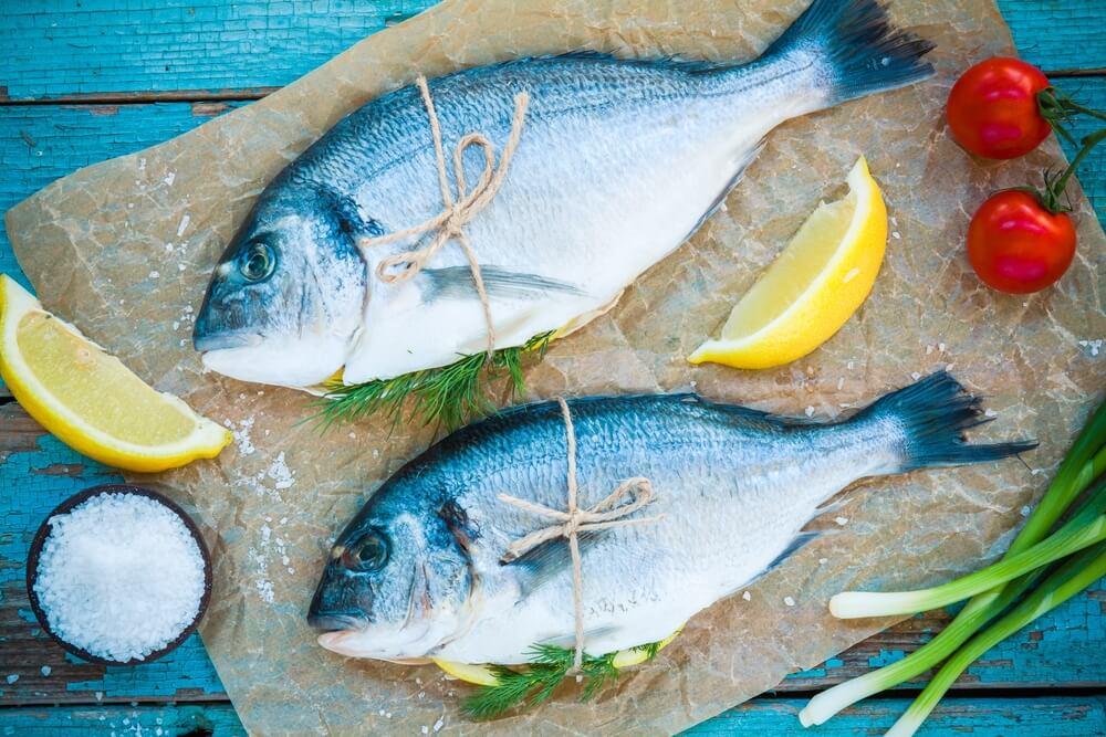 Hele fisk med citron