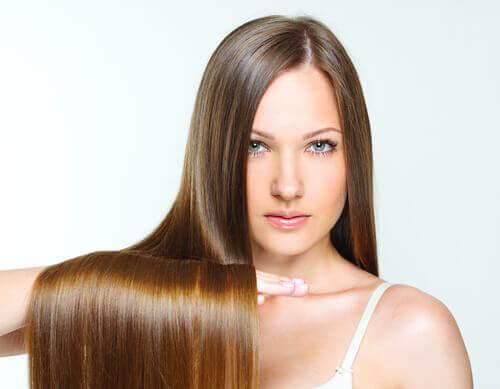 Kvinde med langt skinnende haar