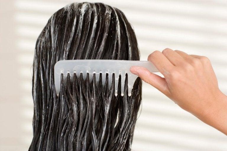 Kvinde redder hår med kam