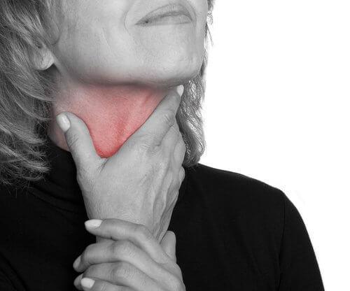 Kvinde med ondt i halsen - foerste tegn paa kraeft