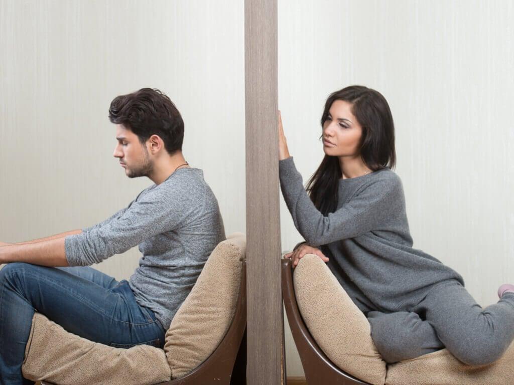 Par med væg mellem sig