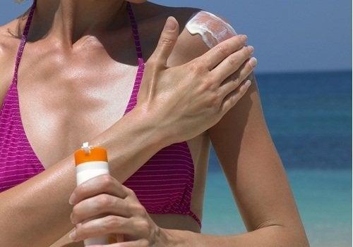 Kvinde der smoerer creme paa - pleje aldrende haender