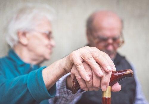 Gammelt aegtepar - tegn på Alzheimers