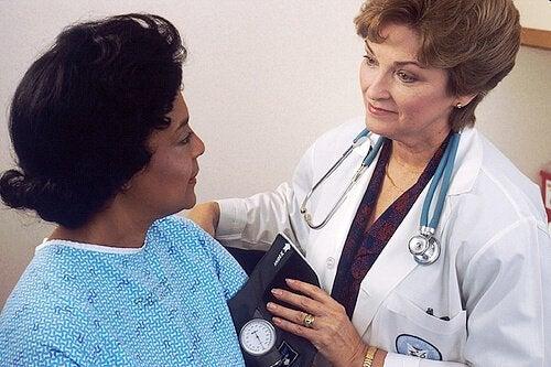 Kvinde der er hose laege - Stemmebaandsknuder