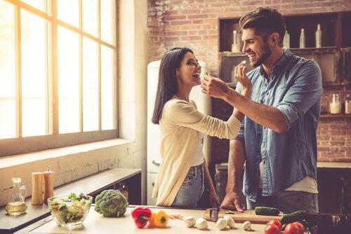 Kvinde og mand fodrer hinanden