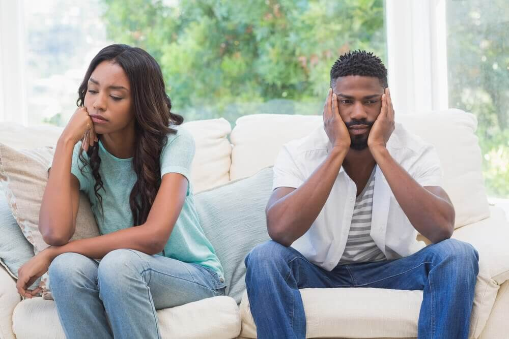 Par sidder i sofa