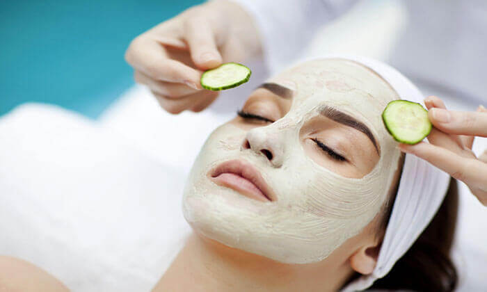 Kvinde der faar en agurk maske