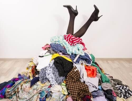 Intet tøjskab? Intet problem! 7 ideer til at rydde op i dit tøj