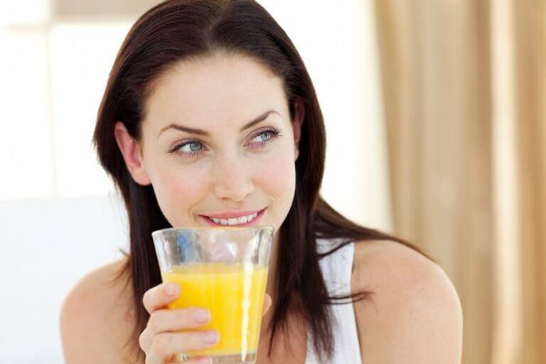 Kvinde der drikker ananasjuice - kogte ananasskorper
