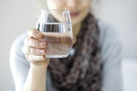 Glas med vand - faa gang i skjoldbruskkirtlen