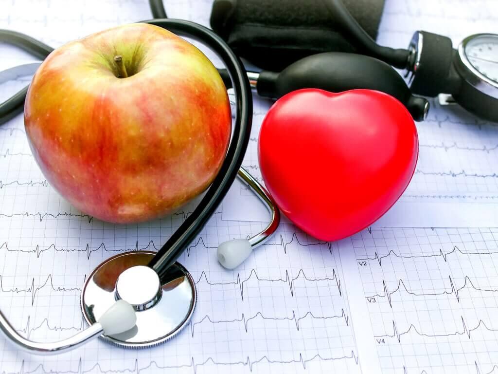 Et hjerte et aeble og et stetoskop